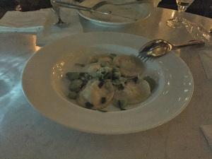 ラビオリ サルシッチャとリコッタチーズ そら豆と葉にんにくのオイルソース