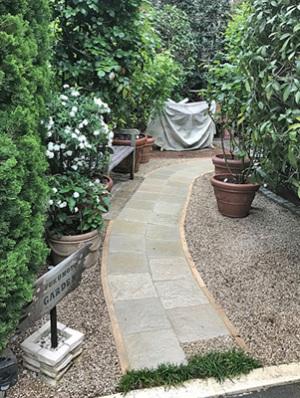 庭の石張りの小道